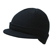 Плетена шапка с козирка С962